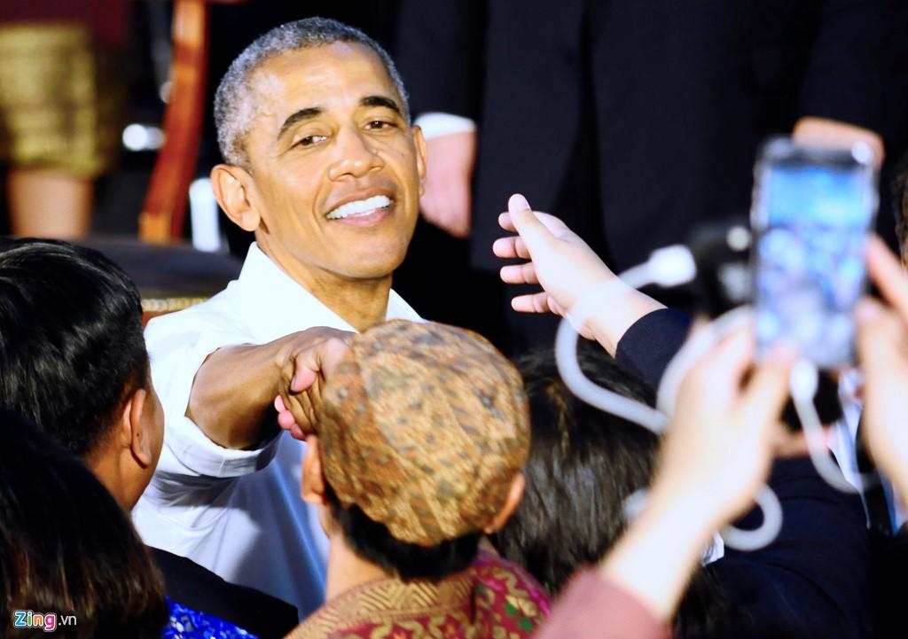 Tổng thống Obama bắt tay thanh niên ASEAN tại buổi giao lưu với đại biểu YSEALI chiều 7/9. Ảnh: C.T.