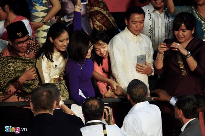 Trần Ngọc Thanh Huyền (áo dài hồng, thứ 3 từ phải qua) bắt tay chào tạm biệt Tổng thống Obama. Ảnh: C.T.