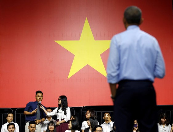 Lê Tiến Hoàng đặt câu hỏi cho Tổng thống Obama trong buổi giao lưu ở TP HCM hồi tháng 5. Ảnh: Reuters