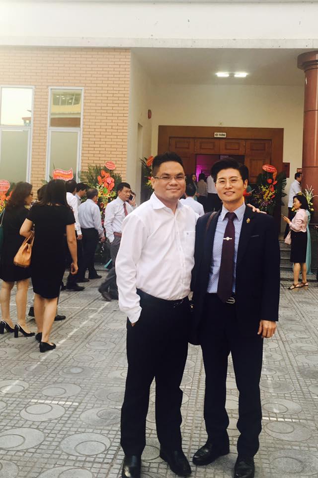 Luật sư Hà cùng giáo viên nước ngoài tại Học Viện.