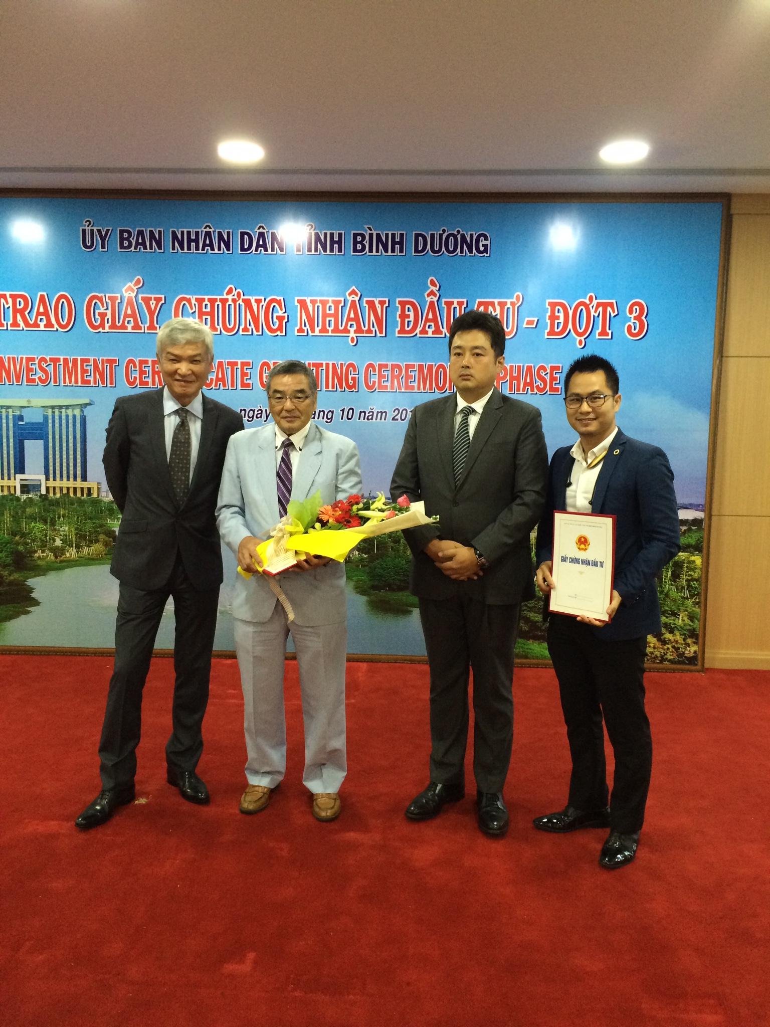Photo: Luật sư Nguyễn Tiến Hoà nhận giấy chứng nhận đầu tư cùng khách hàng
