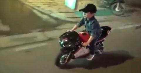 Về clip cậu bé lái xe mô tô mini trên đường: Chớ đùa với tử thần