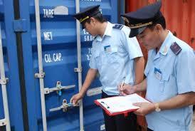 Ai là người thực hiện khai hải quan khi hàng hóa nhập khẩu theo đường bưu điện?