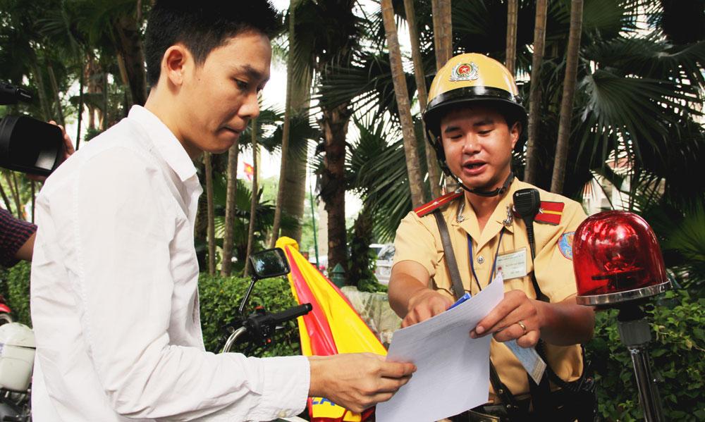 Xử phạt chủ phương tiện không mang theo giấy tờ gốc: Bất cập từ những quy định