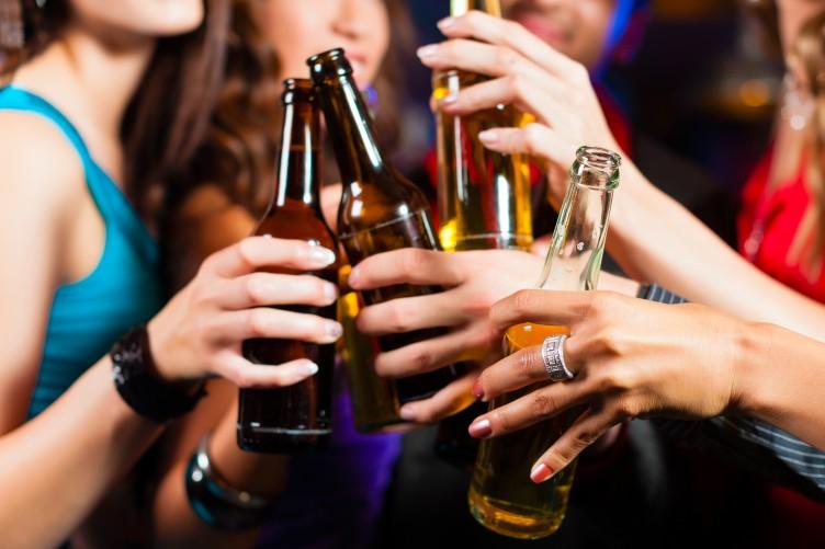 Cấm bán rượu cho người dưới 18 tuổi liệu có khả thi?