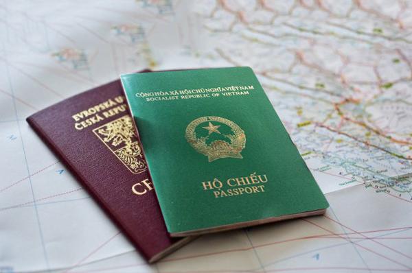 Có thể sử dụng hai hộ chiếu để nhập xuất cảnh VN hay không?