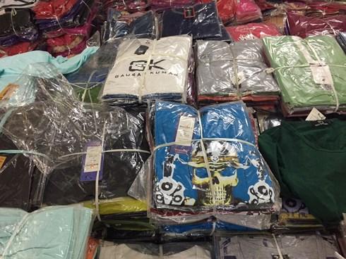 Quần áo gắn thương hiệu xịn nhưng giá rẻ bất ngờ, chất lượng ở đâu?