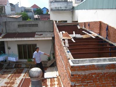 Hàng xóm chiếm khoảng không trên cao, xử lý cách nào?