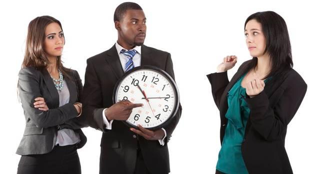 Phạt tiền nhân viên đi làm muộn là trái quy định pháp luật