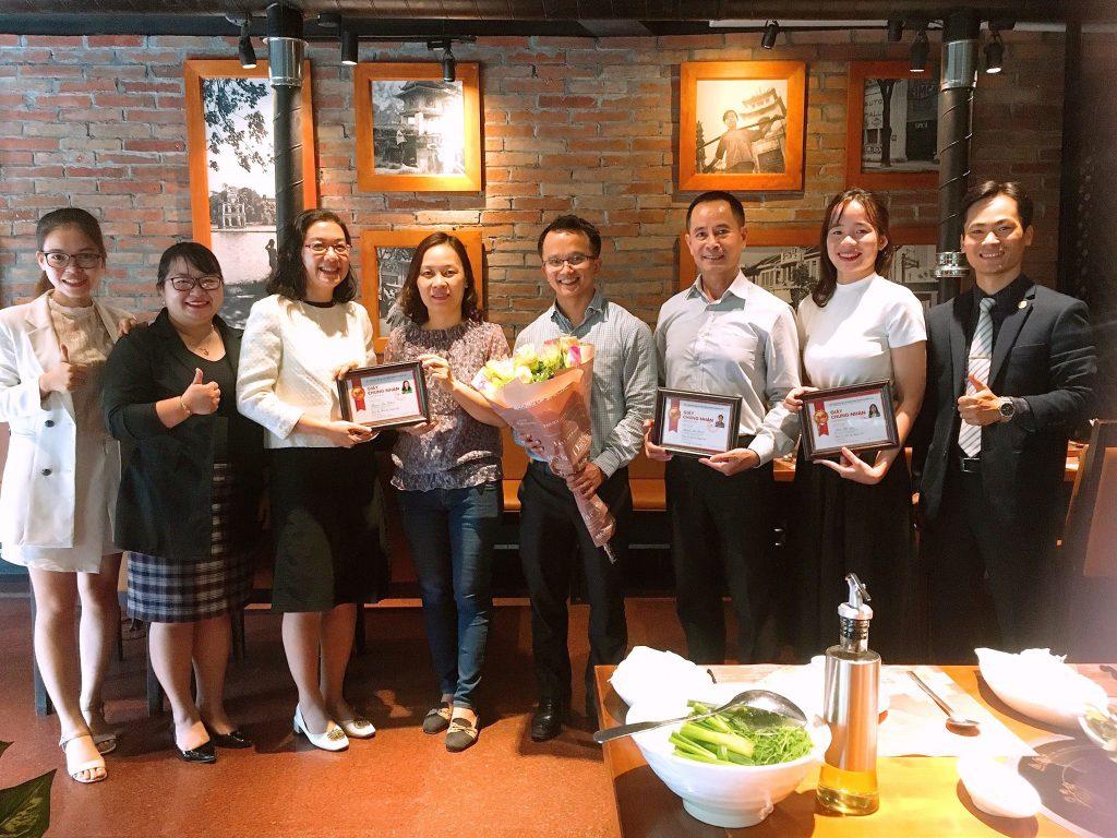 Luật sư Trần Trung Kiên nhận hoa từ các học viên lớp đầu tư