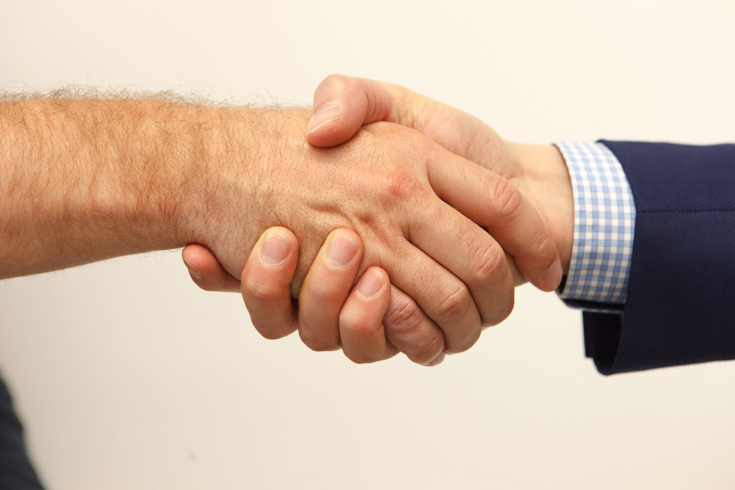 Hiệu lực của hợp đồng đặt cọc và hợp đồng chuyển nhượng có mối liên hệ như thế nào?